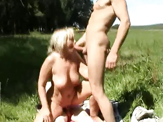 Amateur – Blond Mature Outdoor MMF Threesome CIM Facials   Threesome.top Porn Tube